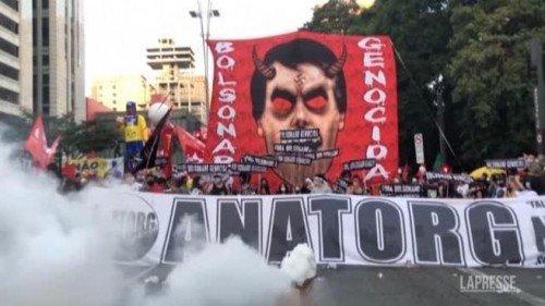 Il Brasile in piazza contro la gestione della crisi sanitaria ed economica di Bolsonaro