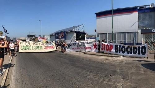 Napoli: Bees against G20 bloccano porto e raffineria