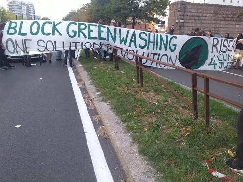 Cariche contro gli attivisti climatici a Milano